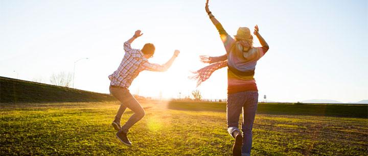 跳びはねる男女の写真