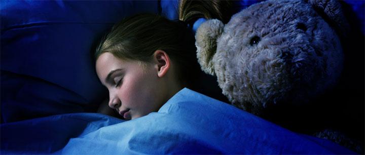 寝ている少女