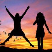夕日にたたずむ幸せそうな女性たち